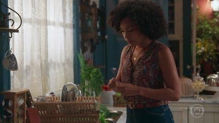 Sheila coloca remédio na sopa de Cris