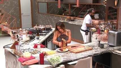 Rodrigo assume fogão e continua preparos para o almoço