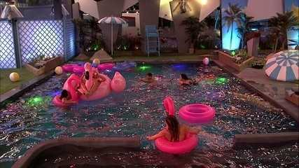 Confinados curtem piscina e boias durantes festa