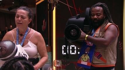 Tereza e Rodrigo entrevistam brothers na sala da casa