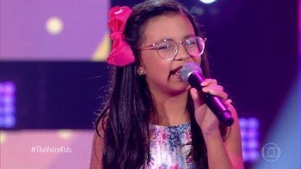 Iara Abreu cantou Coração de Papel, mas garantiu que o dela não é! Reveja o comentário da pequena sobre sua ansiedade #fofa