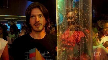 Quinzinho (Caio Paduan) fica deslumbrado ao ver Dandara (Dandara Mariana) se apresentando no palco da festa da PopTV
