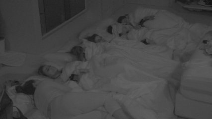 Todos dormem na casa após noite de muita conversa e emoção