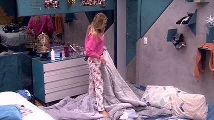 Isabella arruma cama para brothers no Quarto Ouro