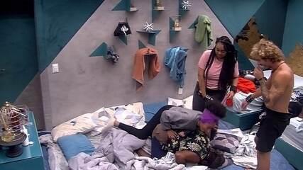 Alan e Gabriela ajudam Rodrigo a levantar, mas brother cai