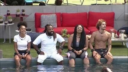 Brothers sentam na beira da piscina e cantam juntos