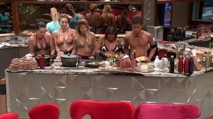 Carolina prepara refeição e brothers aguardam