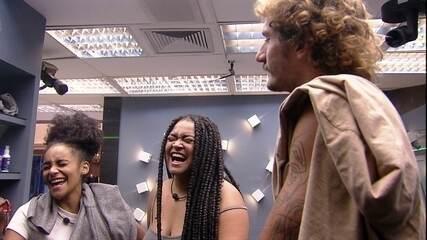 Rízia e Gabriela cantam no banheiro ao lado de Alan