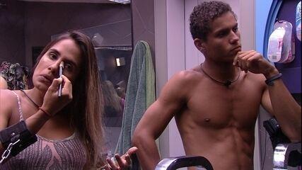 Danrley observa sisters enquanto se maquiam e Carolina diz: Ele está aprendendo os truques