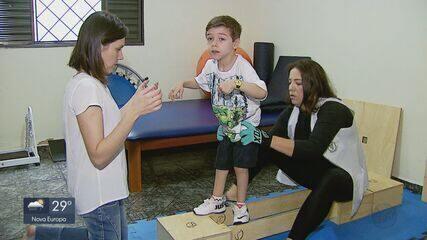 Pais pedem ajuda para continuar tratamento de filho com paralisia cerebral em São Carlos