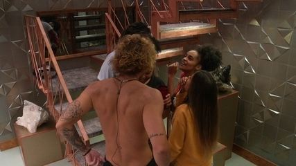 Gabriela, Carolina, Rodrigo e Alan dançam e simulam balada