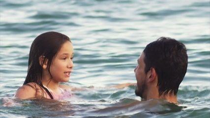 Alain curte o mar com Priscila enquanto Daniel caminha pelo calçadão