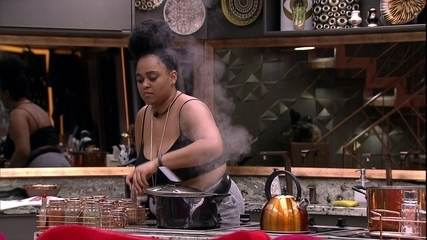 Rízia prepara sopa na cozinha