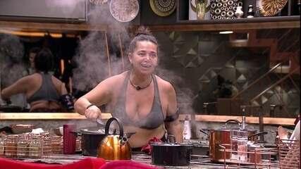Tereza prepara feijão e brinca: 'Ana Maria Braga, baba'