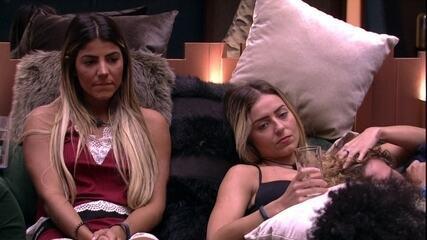 Paula faz cafuné em Alan no sofá