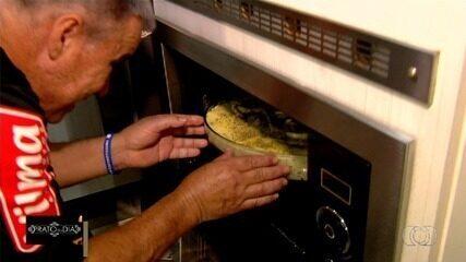 Aposentado ensina a fazer torta de tilápia que faz sucesso na família, em Goiânia