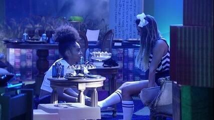 Gabriela massageia pés de Carolina