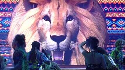 'Tarzan' brinca com imagem de leão no telão da festa