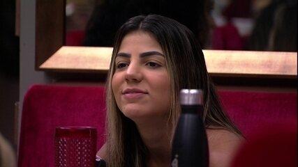 Questionada se lembra do selinho em Gabriela, Hariany responde: 'Lógico que eu lembro'