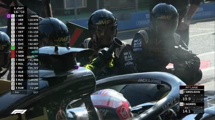 Equipe tem dificuldade com uma das rodas dianteiras, e Grosjean perde tempo nos boxes