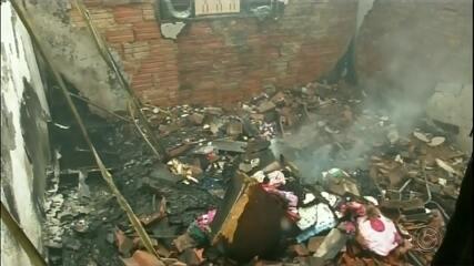 Mulher diz que incêndio que destruiu casa foi provocado pelo ex: 'Me ameaça sempre'