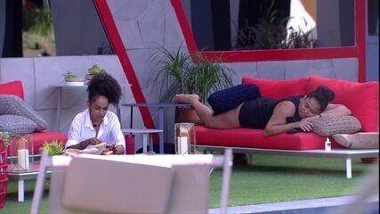 Após brincadeiras, Rízia se deita na área externa: 'Tô me sentindo fogosa'