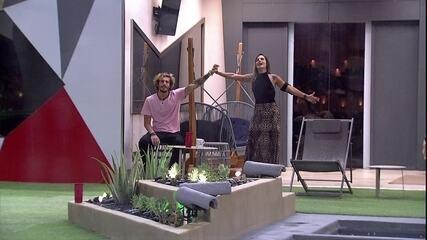 Carolina e Alan cantam de mãos dadas