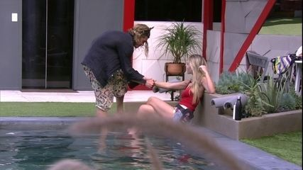 Paula ganha presente de Alberto e diz que usará na Prova do Líder