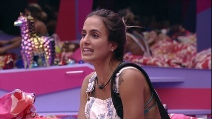 Carolina comenta sobre Rízia: 'Ela está entrando na piscina a cada dez minutos'