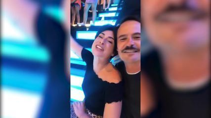 Paulinho Vilhena e Fernanda Paes Leme cantam ao som de Sandy e Junior no Caldeirão