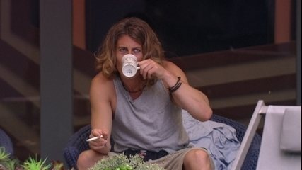 Alberto Mezzetti bebe café na varanda da casa