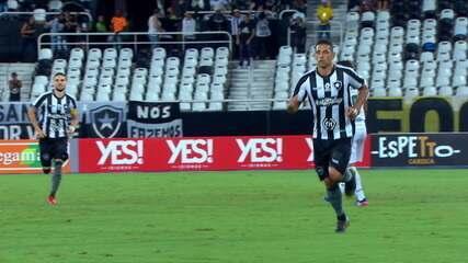 Gol do Botafogo! Diego Souza pega rebatida de bola na trave e faz o primeiro com a camisa do clube aos 8 do 2º tempo