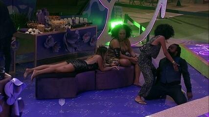 Rodrigo se joga no chão e Gabriela bate em bumbum do brother
