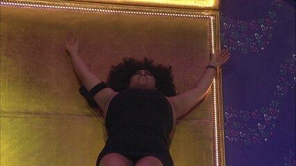 Deitada na pista de dança, Rízia canta sozinha