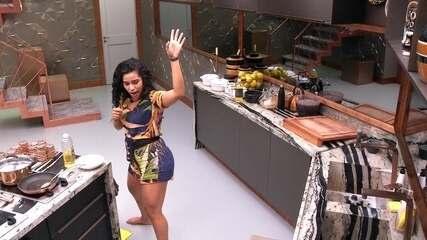 Elana dança ao som de Sidney Magal enqaunto amassa bananas