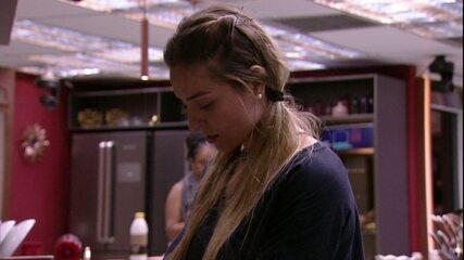 Paula reclama sobre louça suja: 'O povo insiste em deixar copo aqui'
