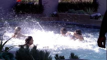 Sisters brincam na piscina