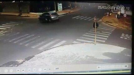 Câmera de segurança registra acidente em cruzamento de Bauru