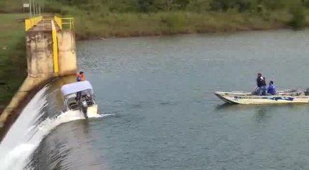 Barco da Caesb fica preso em queda d'água na barragem do Descoberto