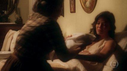 Nasce o filho de Julia (Vitória Strada)