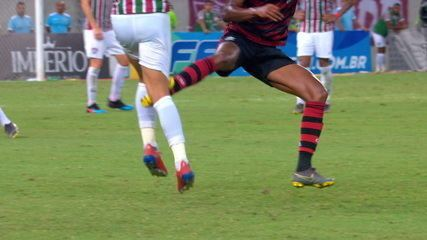 Expulso! Bruno Henrique acerta Gilberto e leva o cartão vermelho direto, aos 49' do 1º tempo