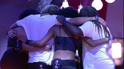 Brothers se abraçam e cantam música de IZA