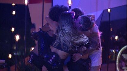 Paula, Carolina e Gabriela pulam em cima de Rodrigo e Alan