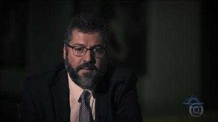 Ministro Ernesto Araújo diz que fascismo e nazismo eram de esquerda e gera polêmica
