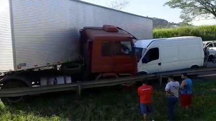 Caminhão e van batem na Fernão Dias em Atibaia