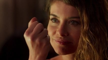 Isabel planeja matar Cris trocando a bala de festim pela verdadeira