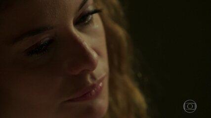 Na cadeia, Isabel (Alinne Moraes) chora e pensa em Priscila