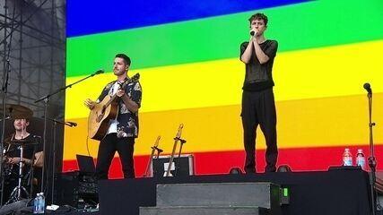 Após discurso, Troye Sivan emociona fãs dedicando Heaven a público LGBT