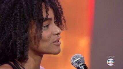 Eliminada, Gabriela beijou a ex, agora namorada, no palco e disse: 'Tô muito feliz'