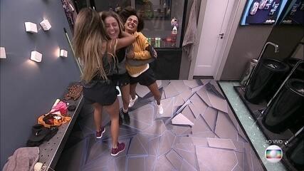 Hariany, Carolina e Paula se abraçam após Eliminação de Rízia